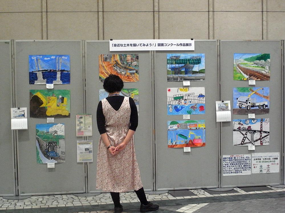 図画コンクールの展示